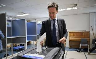 Le premier ministre des Pays-Bas, Mark Rutte, dépose son bulletin de vote pour les européennes, jeudi 23 mai.