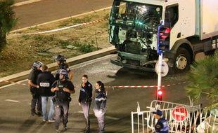 La police devant le camion qui a foncé délibérément dans la foule à Nice le 14 juillet 2016  Sasha Goldsmith/AP/SIPA