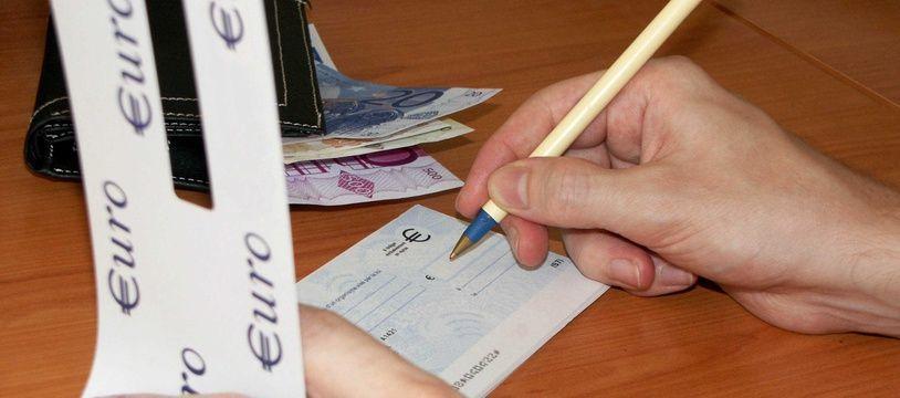 Signature d'un chèque. Illustration.