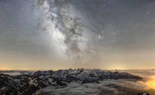 Le ciel étoilé au dessus du pic du Midi de Bigorre.