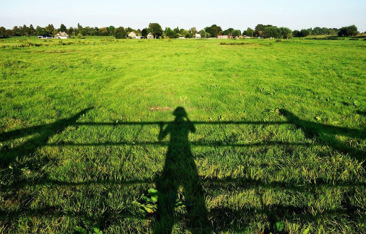 Illustration d'une personne seule dans la campagne. Un Français sur dix vit dans un isolement objectif.   – Pixabay