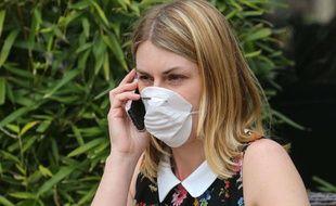 Les soins antipollution protègent, comme un masque, la peau des effets des agressions environnementales.