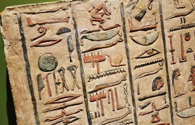 Une stèle ornée de hiéroglyphes.