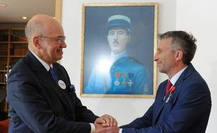 L'alpiniste polonais Piotr Tomala a été décoré de la Légion d'honneur, à Varsovie, par l'ambassadeur de France en Pologne, Pierre Levy (G), le 13 juillet 2019.