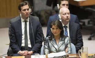 Jared Kushner et Jason Greenblatt, derrière l'ambassadrice des Etats-Unis à l'ONU de l'époque Nikki Haley, écoutent l'intervention de Mahmoud Abbas le 20 février 2018.