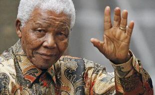 """Nelson Mandela, hospitalisé depuis plus de deux mois à 95 ans, """"fait des progrès lents mais réguliers"""", mais """"est toujours dans un état critique"""", a indiqué dimanche la présidence sud-africaine"""