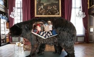 Abraham Poincheval en performance dans un ours au musée de la Chasse et de la Nature