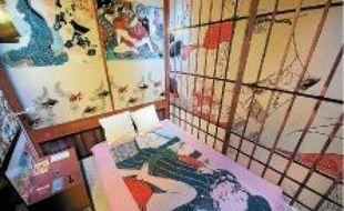 Des préservatifs sont à disposition dans les chambres à thème de l'hôtel, situé dans un sex-shop de la rue Saint-Denis.