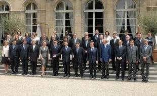 Le gouvernement Nicolas Sarkozy pose, le 24 juin 2009, sur le perron de l'Elysée, à Paris