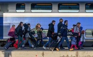Des voyageurs sur le quai de la gare de Lyon, à Paris, le 22 décembre 2019.