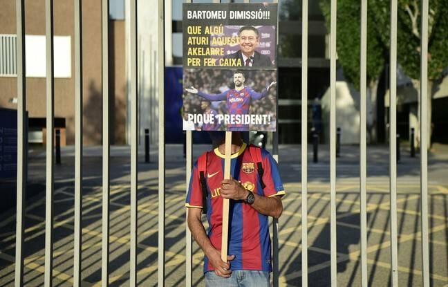 Un Socio du Barça réclamant le départ du président Bartomeu l'été dernier.