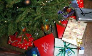 Cadeaux sous un sapin de Noël.