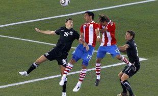 Les joueurs du Paraguay, Lucas Barrios et Enrique Vera (au centre), lors du match de Coupe du monde contre la Nouvelle-Zélande, le 24 juin 2010.