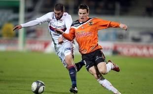 Kevin Gameiro à la lutte avec Lisandro López, lors d'un Lorient-Lyon en janvier 2010.