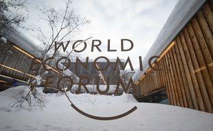 Le logo du World Economic Forum, à Davos en 2019.