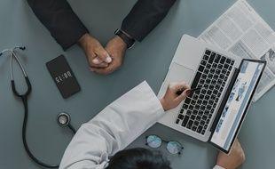 Le dossier médical partagé peut être créé par un professionnel de santé ou par le patient seul, à condition qu'il soit majeur et qu'il ait une carte vitale.