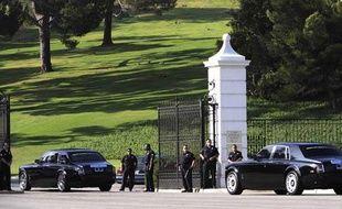 Des véhicules arrivent au cimetière de Forest Lawn, à Los Angeles, pour le service funéraire privé en hommage à Michael Jackson, le 7 juillet 2009.