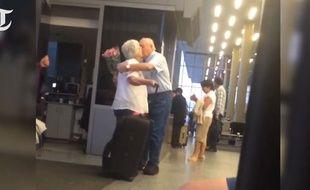 Les retrouvailles romantiques de ce couple âgé à l'aéroport de Los Angeles ont été visionnées plus de 60 millions de fois sur le net.