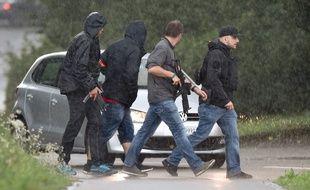 Les policiers a la recherche de l'homme qui a blessé cinq personnes à la tronçonneuse, dans le nord de la Suisse, le 24 juillet 2017.