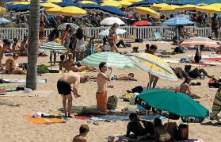 Beaucoup de touristes sont partis au dernier moment en août.