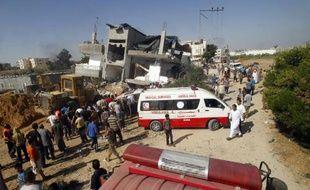 Les secours palestiniens recherchent des survivants après une offensive israélienne à Rafah, dans la bande de Gaza, le 1er août 2014