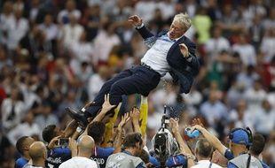 L'équipe de France félicite son entraineur, Didier Deschamps, après la victoire de la Coupe du monde le 15 juillet 2018 à Moscou.
