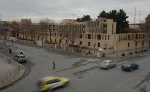 Passants et automobilistes autour du périmètre de sécurité entourant l'hôtel Serena à Kaboul le 21 mars 2014