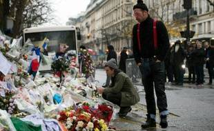 Jesse Hughes (D) et Julian Dorio, membres du groupe Eagles of Death Metal rendent hommage aux victimes des attaques du 13 novembre au Bataclan à Paris, le 8 décembre 2015