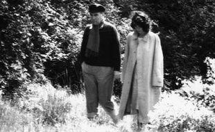 Francois Mitterrand avec sa maitresse Anne Pingeot se promenant dans la propriete de Francois de Grossouvre dans la Nievre en 1981.