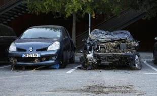 Photo prise le 7 octobre 2015 montrant des voitures endommagées par les intempéries du week-end précédent à Cannes