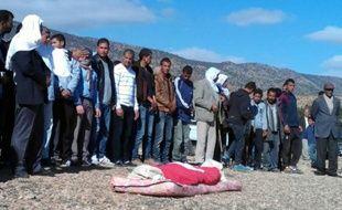 Des Tunisiens aux funérailles d'un berger de 16 ans assassiné deux jours plus tôt par des jihadistes, le 15 novembre 2015 à Jelma, dans le centre de la Tunisie