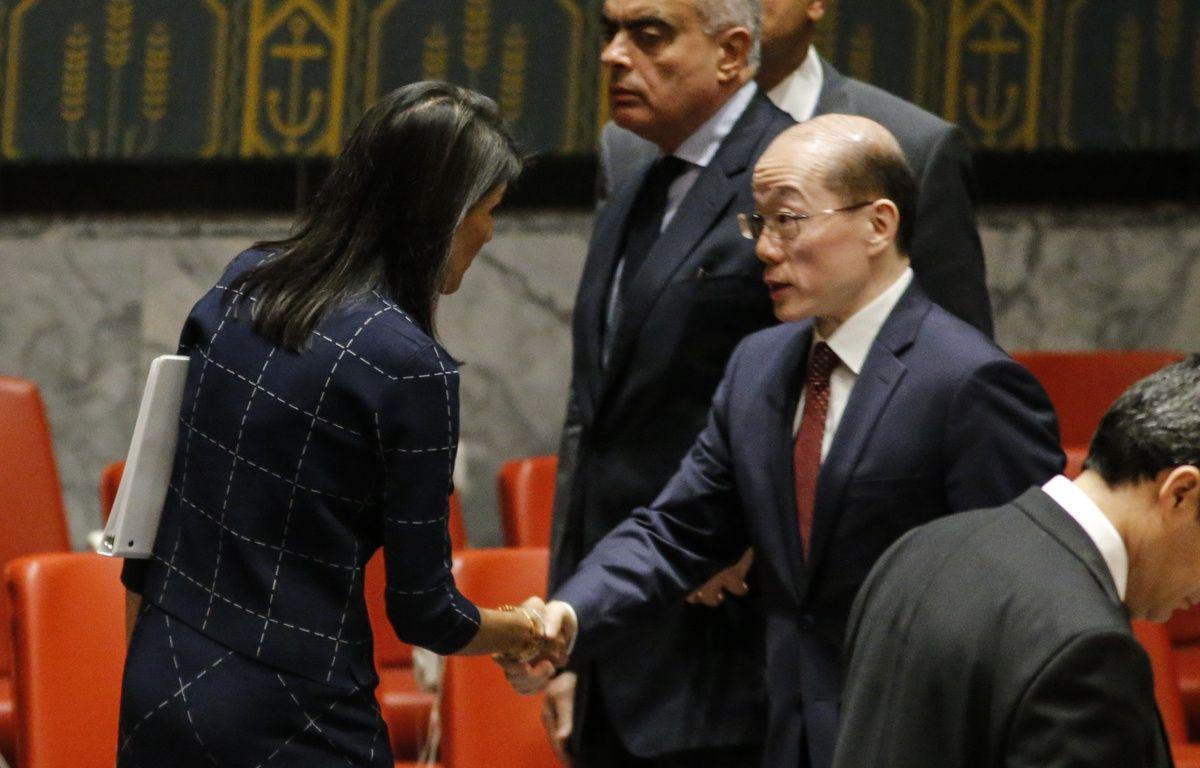 L'ambassadrice des Etats-Unis à l'ONU Nikki Haley et l'ambassadeur chinois Liu Jieyi à New York, le 11 septembre 2017. – KENA BETANCUR / AFP