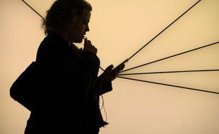Une femme au téléphone (image d'illustration).