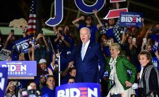 Joe Biden jubile devant ses supporters à Los Angeles, le 3 mars 2020.