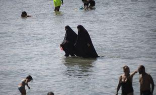 Marseille, le 27 juillet 2020. Deux femmes se baignent en burqa dans la mer Méditerranée.