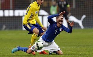 L'attaquant suédois Ola Toivonen prend le dessus sur le milieu de terrain italien Jorginho au stade San Siro de Milan, le 13 novembre 2017