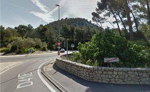 L'homme se promenait le long de la route Aubagne-Carnoux.