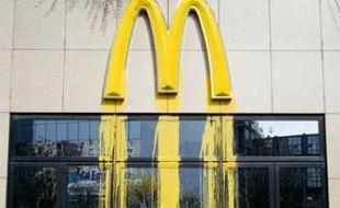 Une enseigne McDonald's transformée par l'artiste Zevs en 2005 à Paris (illustration).