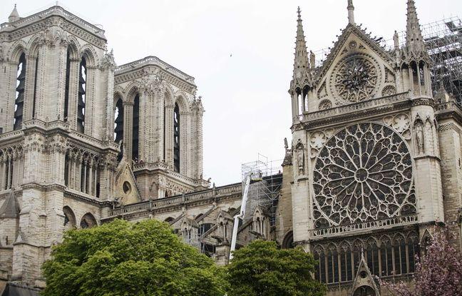 Sur cette photo prise mardi, la grande rosace de la façade sud est toujours visible. La petite rosace au-dessus sur le fronton est endommagée.