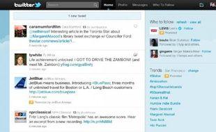 Des tweets sponsorisés insérés dans la timeline, signalés par une icône orange.