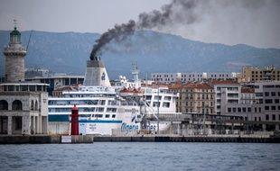 Un ferry dans le port de Marseille (été 2019).