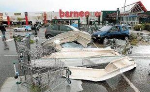 Les intempéries ont notamment détruit des toitures et des panneaux publicitaires.