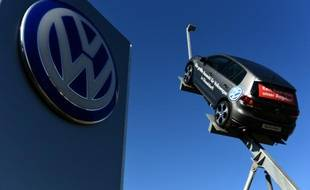 Un modèle Volkswagen exposé chez un concessionnaire de la marque à Düsseldorf, dans l'ouest de l'Allemagne, le 28 septembre 2015