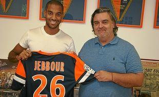 Le nouveau défenseur du MHSC pose aux côtés de Laurent Nicollin.