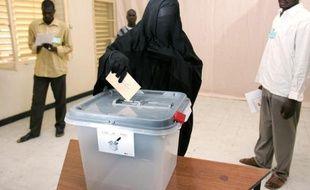 Une femme tchadienne portant la burqa, le 3 mai 2006 à N'Djamena