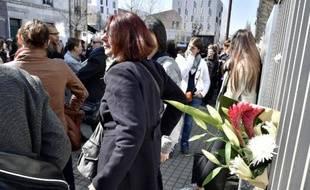 """Des centaines de personnes se recueillent devant le centre de """"Protection de l'enfance"""" le 23 mars 2015 après la mort d'un éducateur"""