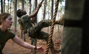 Les Marines, corps d'élite de l'armée américaine, ont décidé d'épargner les épreuves de tractions aux femmes qui ont rejoint leurs rangs, après que la moitié des soldates n'ont pas réussi à exécuter trois tractions de suite lors d'un entraînement.