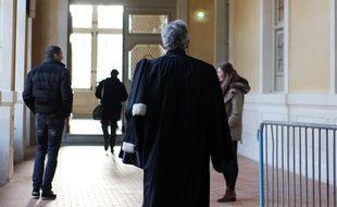 Illustration d'un avocat marchant dans les couloirs de la cour d'assises d'Ille-et-Vilaine, dans le Parlement de Bretagne à Rennes.