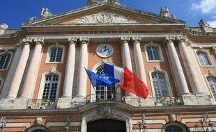 facade de l'hotel de ville de Toulouse. Drapeau europeen, occitan et francais.