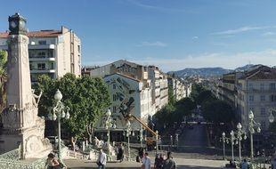 La fresque se situe au pied des escaliers Saint-Charles à Marseille, au dessus de L'Ecomotive Café